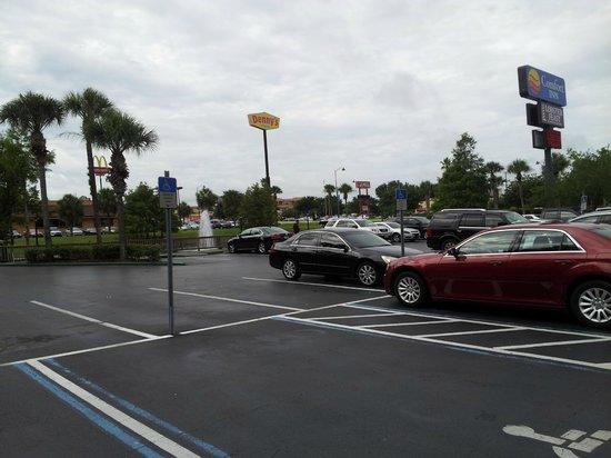 Comfort Inn Maingate : Estacionamiento amplio