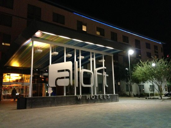 Aloft Tempe: Aloft has a dramatic entrance.