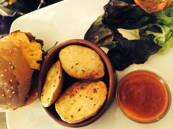 Le Mal Barré : Classic Burger and house potatoes, with home made tomato sauce