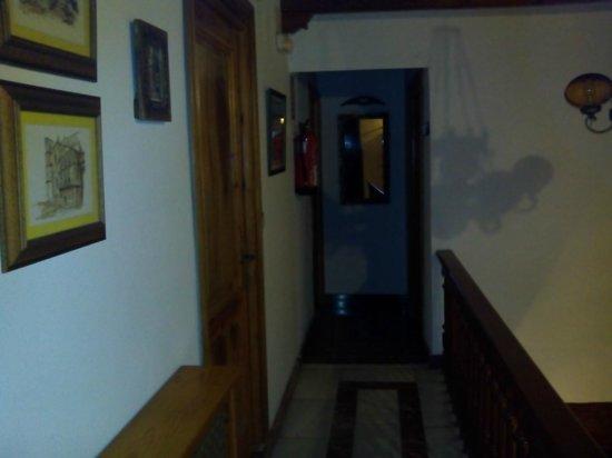 Hotel Rural La Casona del Abuelo Parra: Pasillo de la habitacion