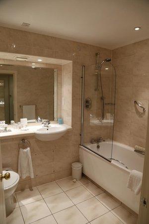 Mercure Shrewsbury Albrighton Hall Hotel and Spa : bathroom in privilege room