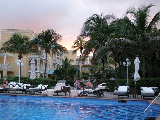 Royal Hideaway Playacar: Pool at sunset