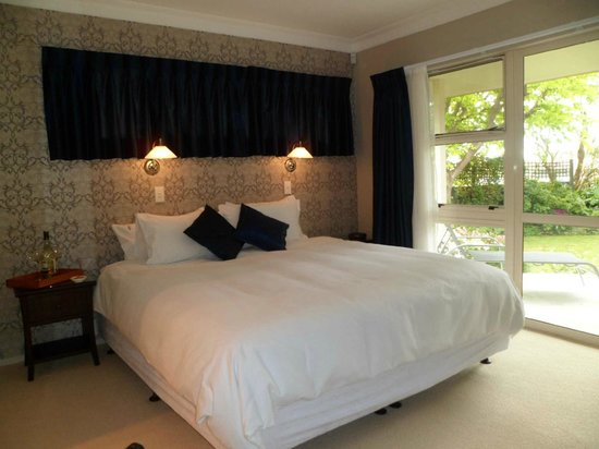 Riverhills: King Bedroom with garden access