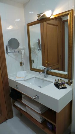 Aprilis Hotel: baño