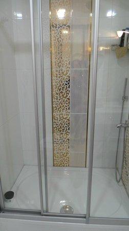 Aprilis Hotel: ducha del baño