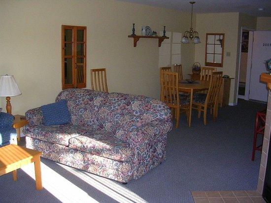 Village des Soleils : Deluxe apt living room