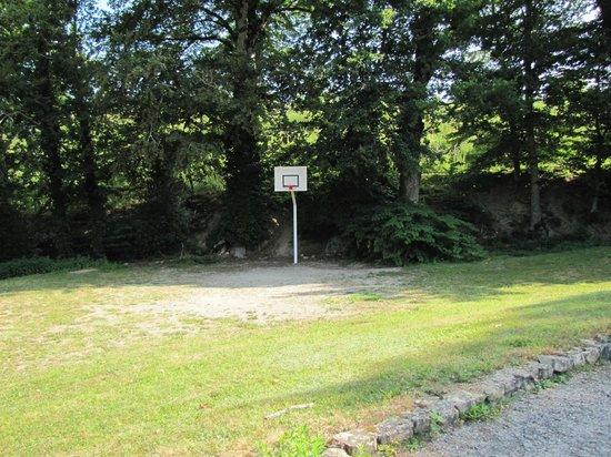 Camping Tohapi Domaine des Tours: Espace Basket (en regardant bien c'est un Panier je crois !!)