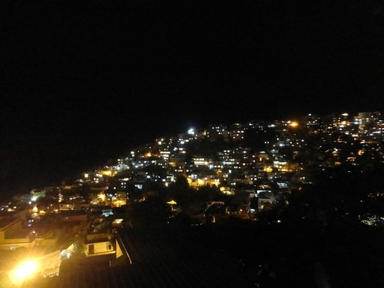 Vidigalhouse Hostel: View on Vidigal from the terrace by night