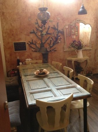 Artistic B&B: Dining Table