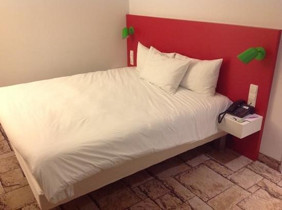 Ibis Styles Karlsruhe Ettlingen : il letto e la moquette effetto mattonelle