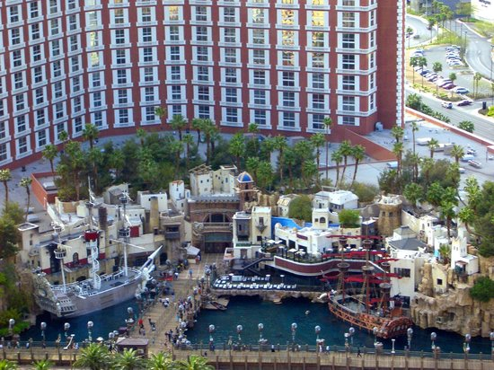 The Palazzo Resort Hotel Casino: View of Treasure Island from the concierge lounge. Watch the show!