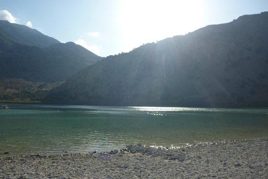Lake Kournas : солнце садится за гору