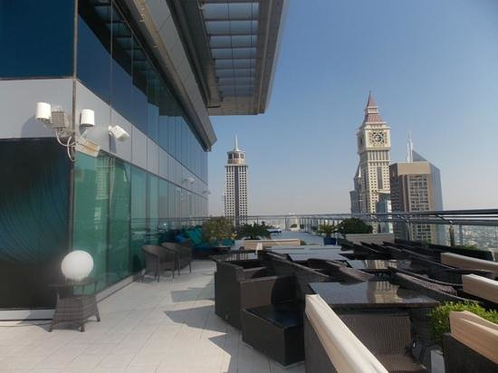 Four Points by Sheraton Sheikh Zayed Road, Dubai : Rooftop bar and pool area
