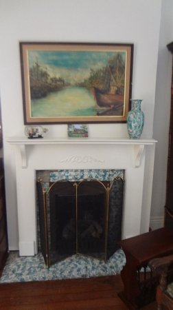 Audubon Park House Bed & Breakfast: Fireplace in Bedroom