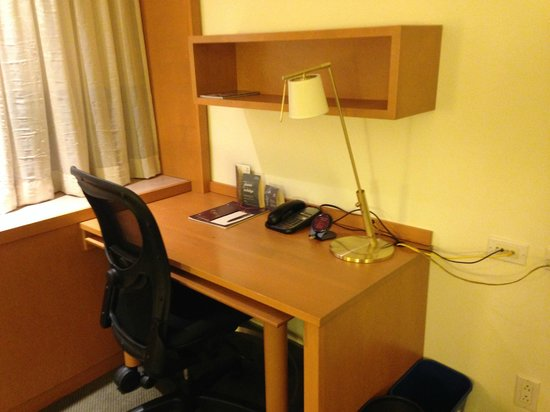 Sheraton Montreal Airport Hotel : The main Desk