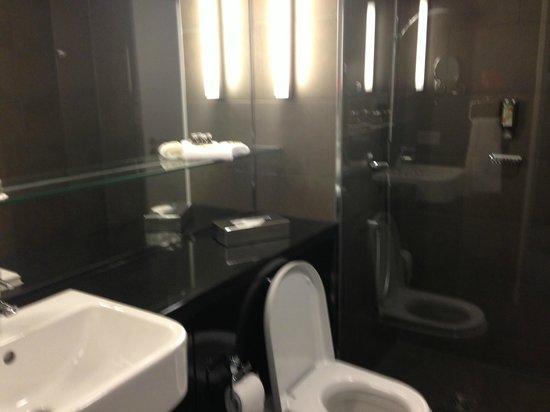 Adina Apartment Hotel Berlin Hackescher Markt: Ванная