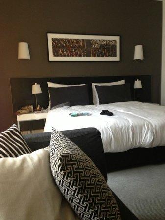 Adina Apartment Hotel Berlin Hackescher Markt: Номер (помимо кровати есть удобный диванчик)