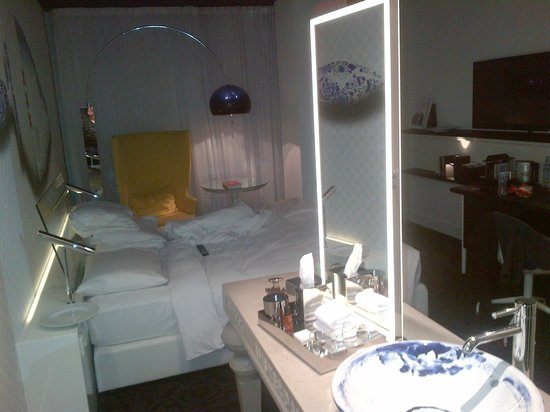 Andaz Amsterdam Prinsengracht: my room.