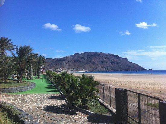 Foya Branca Resort Hotel : Blick auf Strand und unteren Poolbereich