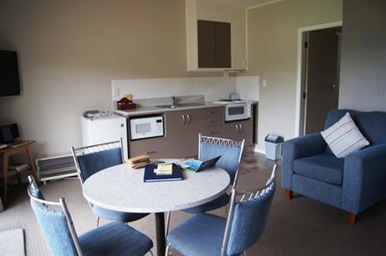 Bay Vista Waterfront Motel: Kitchenette has stovetop, microwave, dishes...everything you need.