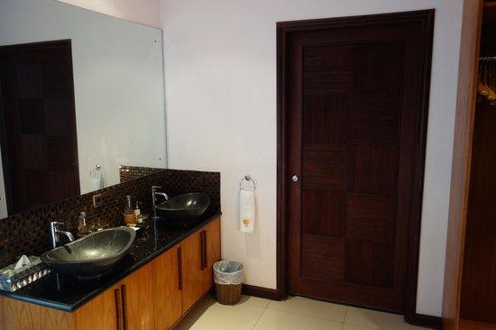 Jimbaran Cliffs Private Hotel & Spa: washbasin and almira area