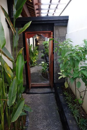 Jimbaran Cliffs Private Hotel & Spa: Entrance to Room