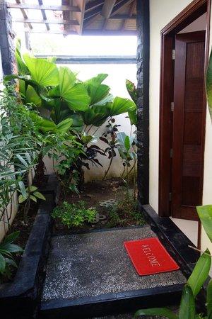 Jimbaran Cliffs Private Hotel & Spa: lush green room entrance