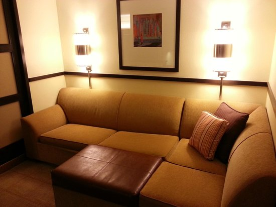 Hyatt Place Itasca: Sitting area to right.