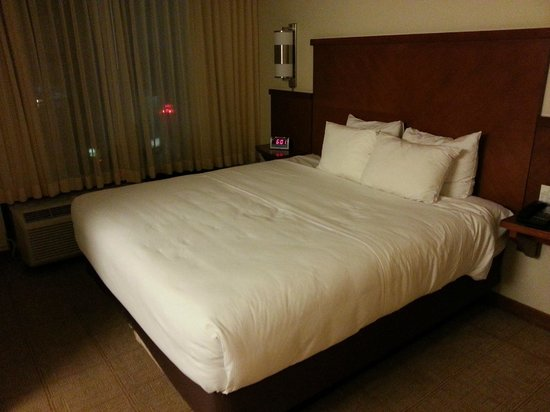 Hyatt Place Itasca: King bed.