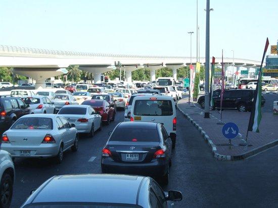 Sheikh Zayed Road: Ruch samochodowy na ulicy