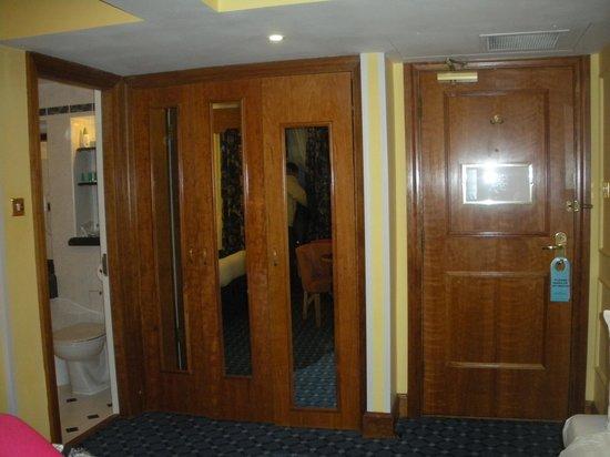 Lancaster Gate Hotel : stanza 141 armadio con asse da stiro