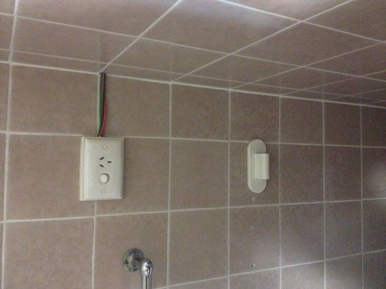 Wiley Park Hotel: Exposed electrical cables in bathroom of Room 9
