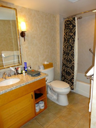 Embassy Suites by Hilton Waikiki Beach Walk: Bathroom