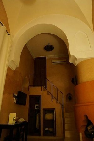 Riad Shama: Superior Room (looking up towards bathroom)