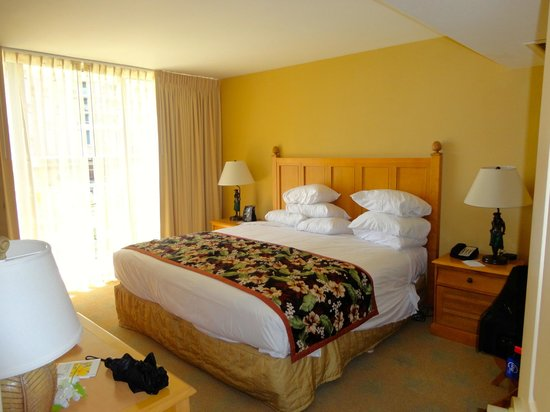 Embassy Suites by Hilton Waikiki Beach Walk : Bedroom