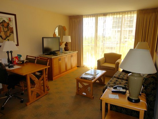 Embassy Suites by Hilton Waikiki Beach Walk: Living Room