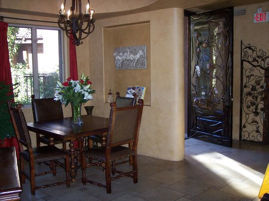Adobe Grand Villas: Another lobby dining area