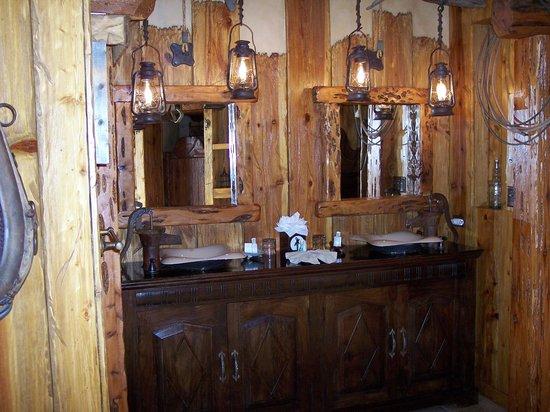 Adobe Grand Villas: Bathroom sinks