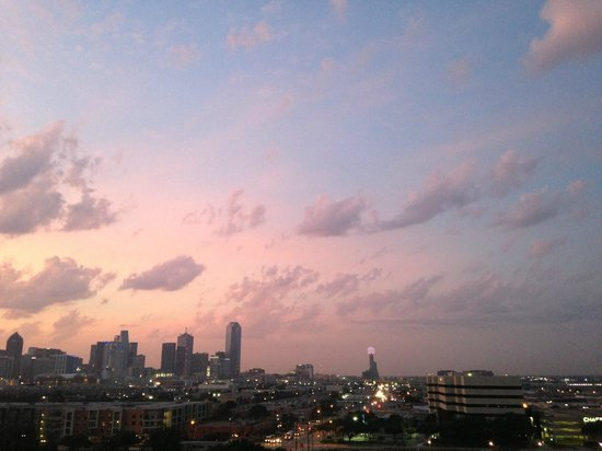 Doubletree by Hilton Dallas Market Center : Great sunrises from the balcony towards Downtown