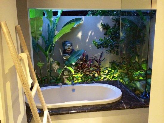 Kejora Suites: Signature Suite outdoor bathroom & bath