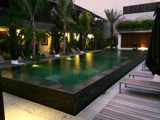 Kejora Suites: Swimming pool and sun lounges
