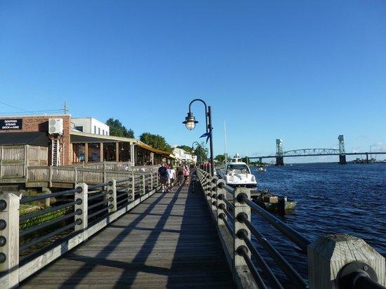 BEST WESTERN PLUS Coastline Inn: Boardwalk to the restaurants