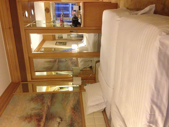 Regal Hongkong Hotel: Spacious room with twin bed