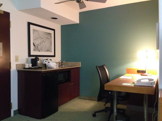 SpringHill Suites Nashville MetroCenter: Kitchen & computer area