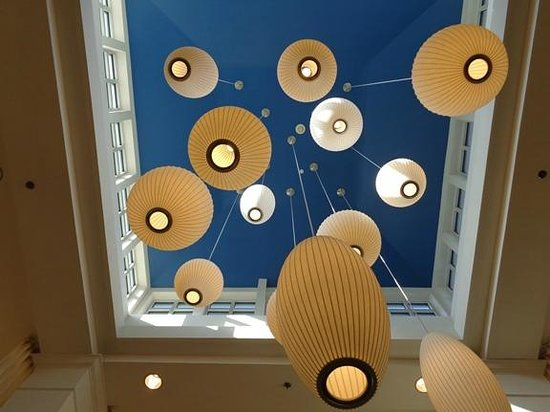 Hilton Garden Inn Fort Worth/Fossil Creek : Funky/retro ceiling lamps in lobby