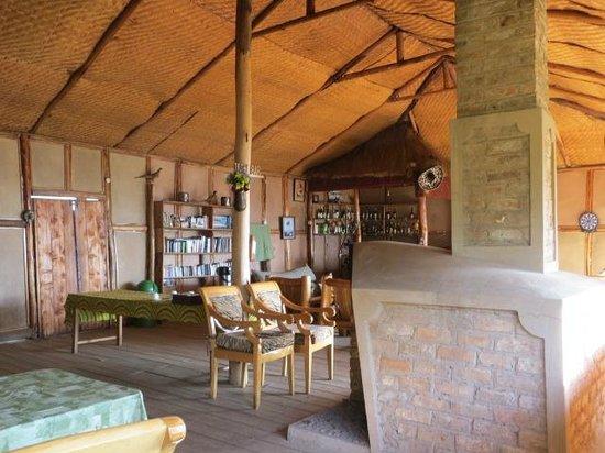 Gorilla Mist Camp : Comedor y Chimenea