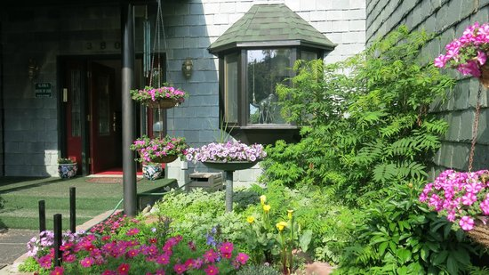 Alaska House of Jade Bed and Breakfast: Entry into the House of Jade, Anchorage