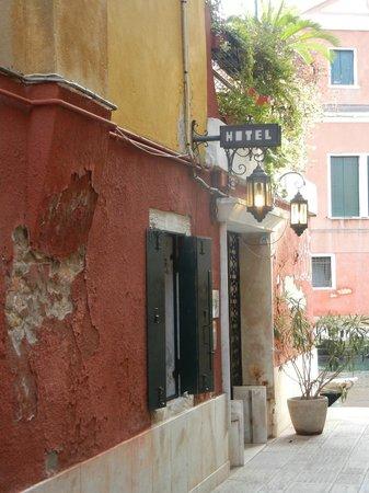 Actual entrance Hotel Dalla Mora, in alleyway