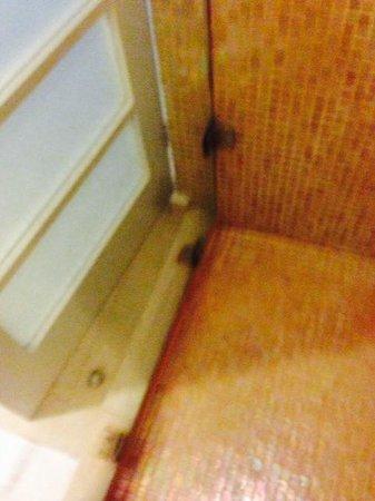 Secrets Aura Cozumel : shower floor hinges