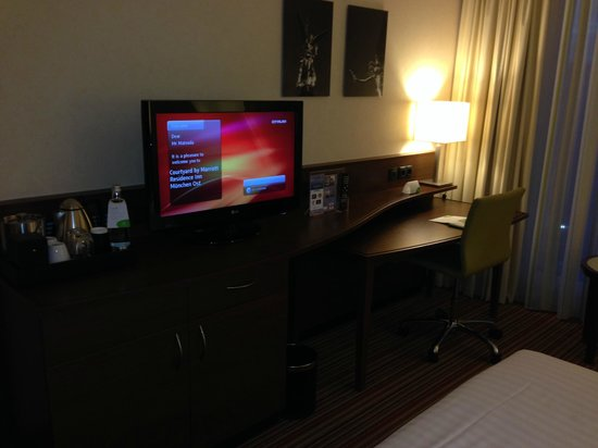 Courtyard by Marriott München City Ost: Desk/TV